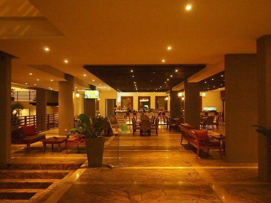 Sun Island Hotel & Spa Kuta: Reception area and restaurant