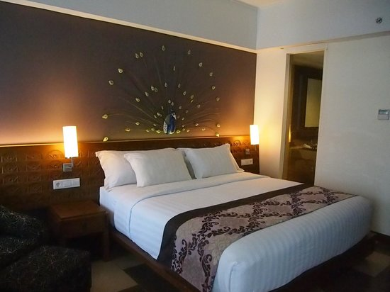 Sun Island Hotel Kuta: Bed and room interior