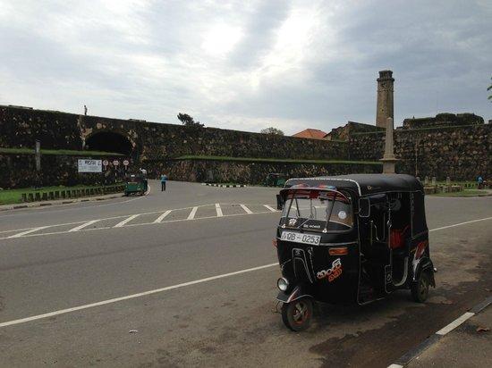 The Fortress Resort & Spa: Основной транспорт - тук-тук. Но только 1 водитель хорошо говорил по-английски - на фото.