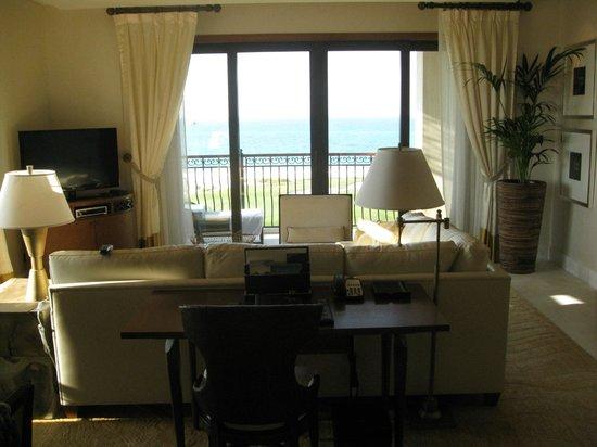 The St. Regis Saadiyat Island Resort: Living room in the suite
