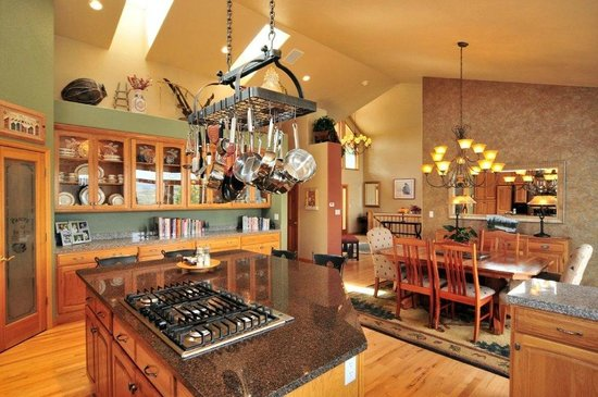 Evergreen Mountain Castle : Full Dining area