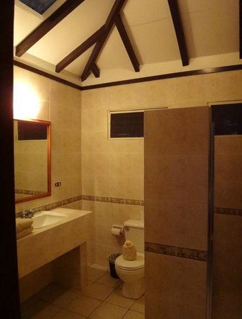 Jungle Lodge: Bathroom