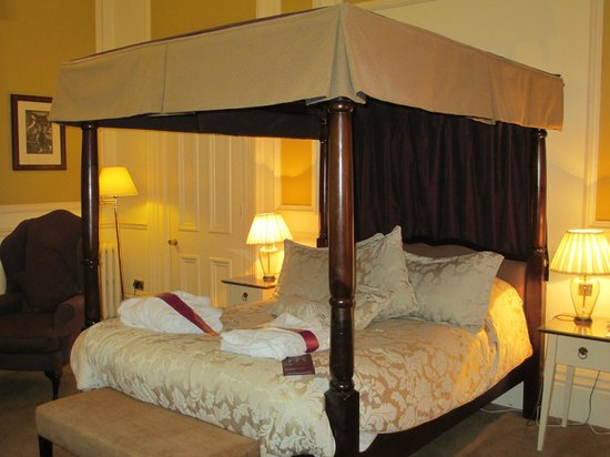 Mercure Shrewsbury Albrighton Hall Hotel and Spa: Bed in room