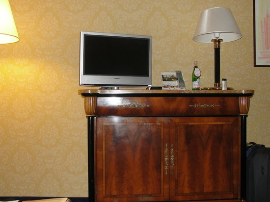 Milan Marriott Hotel: Room - TV