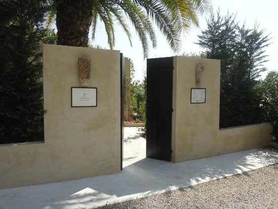 Toile Blanche: Side Gate entrance