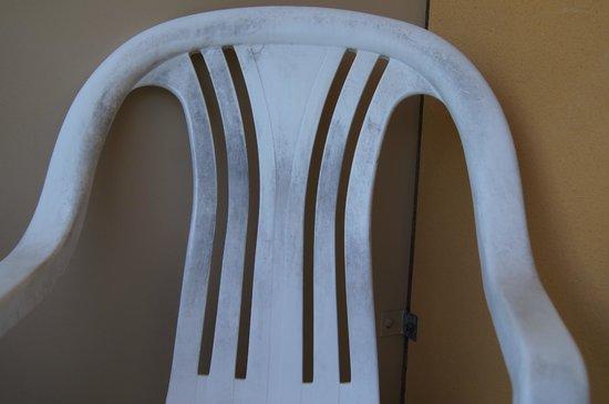 Palm Royale Cairns: Niezbyt czyste krzesło na balkonie.