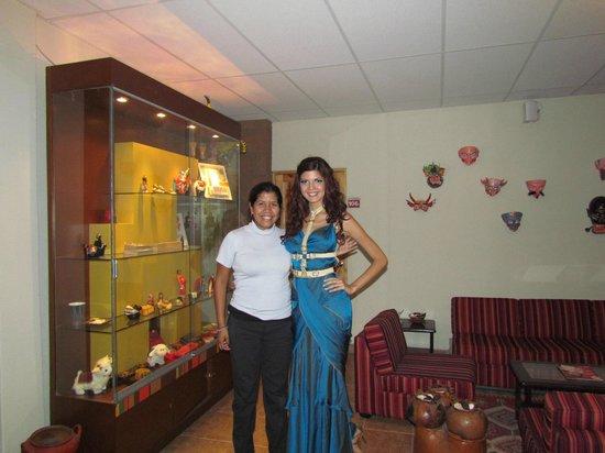 Casa Andina Standard Puno: lobby del hotel con la Miss Peru 2012