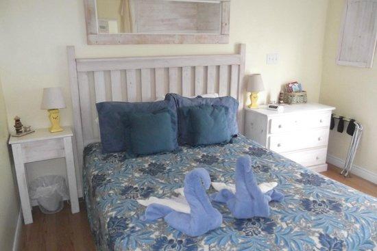 Whispering Waves Cottages: Master Bedroom