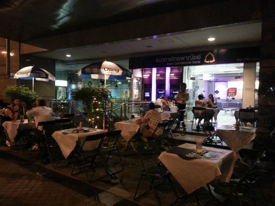 Bee Garden Cafe: Bee Garden outside Siam Bank
