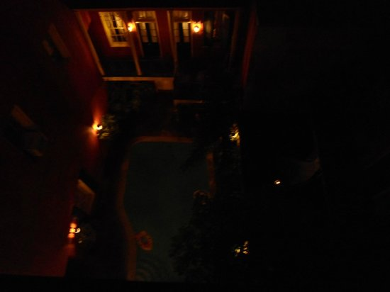 Olivier House Hotel: night view of courtyard
