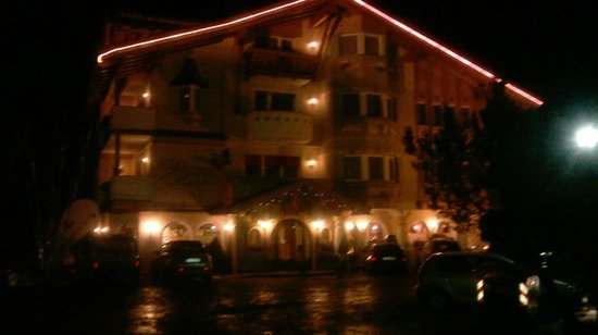 Alpenhotel Panorama: ingresso in hotel la sera