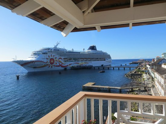 Fort Young Hotel: Cruise ship from our patio