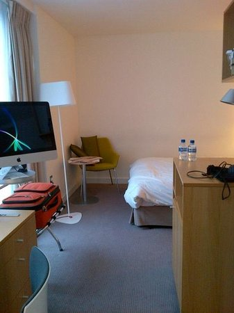 DoubleTree by Hilton Hotel London -Tower of London: small but neat/modern room - with iMac