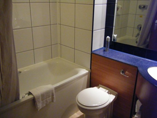 Premier Inn Chichester Hotel: standard bathroom layout