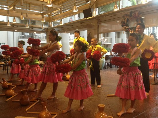 Embassy Suites by Hilton Waikiki Beach Walk : Hula Show