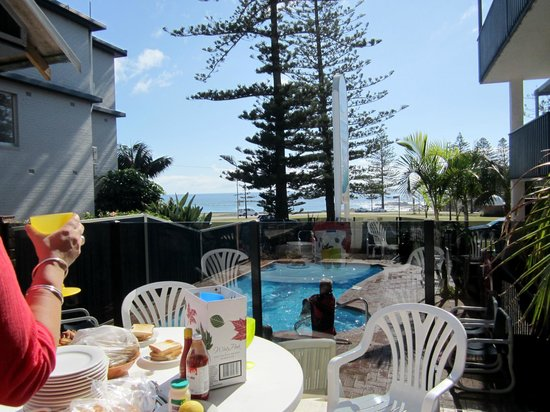 Beach House Holiday Apartments: Breakfast view from courtyard across pool to ocean view