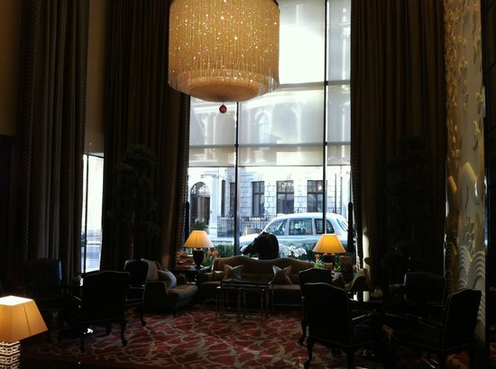 Four Seasons Hotel London at Park Lane: One of the lobby areas