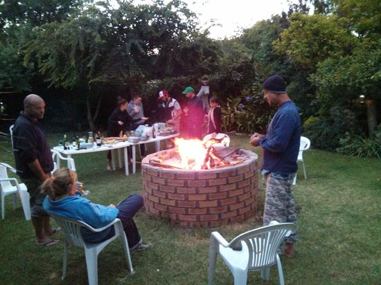 Robertson Backpackers: Getting the braai going for dinner