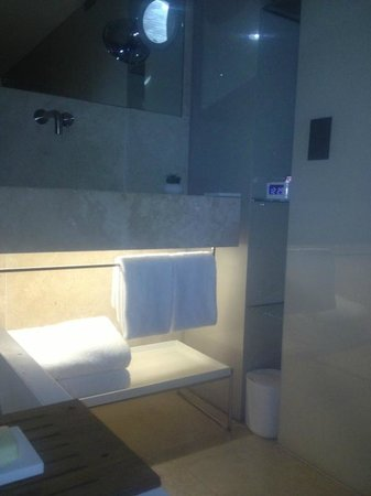 Conservatorium Hotel: ground level bathroom (seating area)