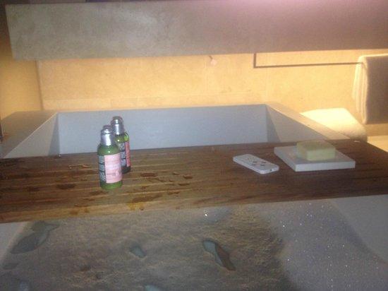 คอนเซอร์เวโทเรี่ยม โฮเต็ล: deep socking bath tub in the ground level bathroom