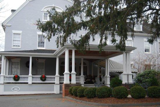 Simsbury 1820 House : vue de l'entrée extérieure