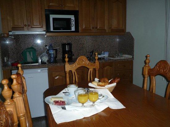 Aparthotel Casa Vella: el comedor, cocina al fondo y el desayuno