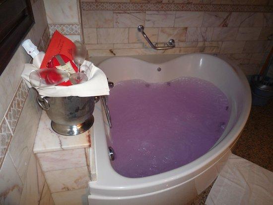 Aparthotel Casa Vella: yacuzi y botella de cava con bombones y carta de biembenida