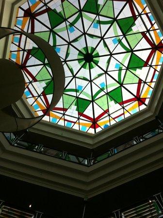 Mafraq Hotel Abu Dhabi: ceiling in foyer