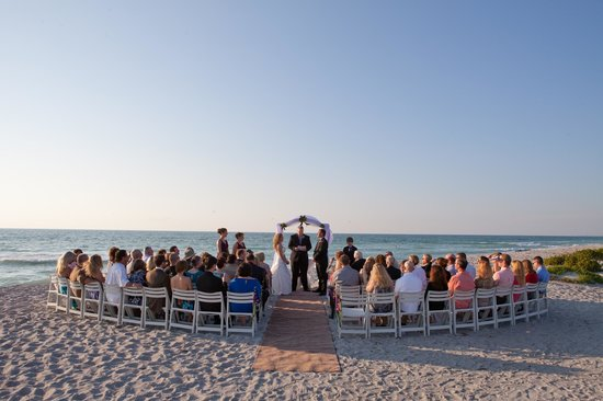 Tween Waters Inn Island Resort & Spa: wedding ceremony on the beach