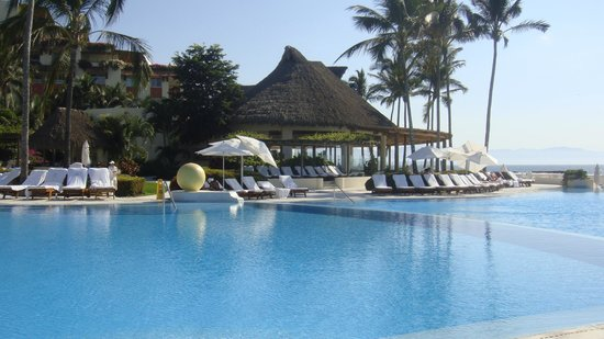Grand Velas Riviera Nayarit: View of Azul restaurant from the pool