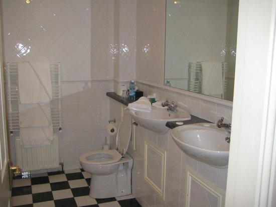 Sheedy's Country House Hotel: Room 11 - Double Sinks in Bathroom