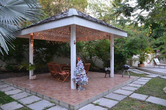 Buccaneer Beach Club: patio con barbeque vicino alla piscina
