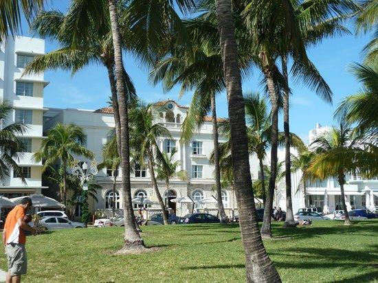 Marriott Vacation Club Pulse, South Beach: Vista dell'hotel dal parco su Ocean Drive