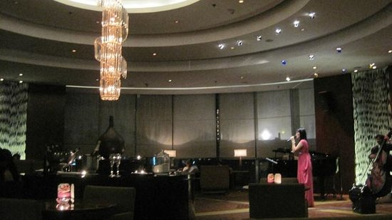 New World Manila Bay Hotel: Live music at the Lounge on the ground floor