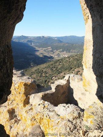 Chateau de Queribus: Vue depuis Queribus vers Cucugnan
