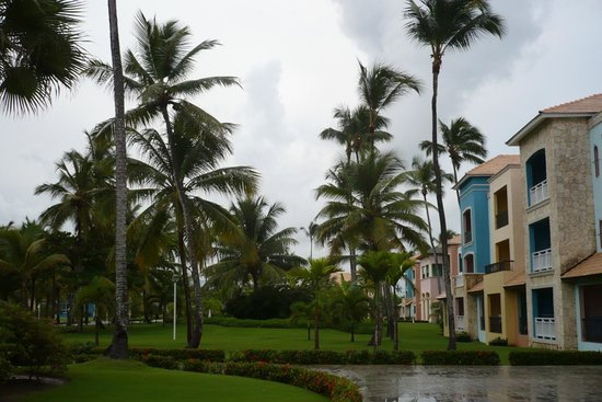 Ocean Blue & Sand : Chemin qui se rend au piscines ou restaurants