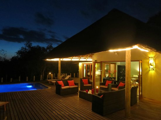 Casart Game Lodge: Pool and restaurant area