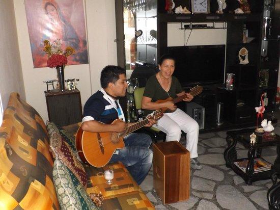 Lynik La Casa de Blanca: Lindo recibimiento con música típica de Perú