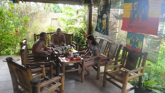 Reggae Guesthouse: Common area with free wifi, games and cheap coctails