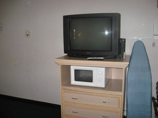 Rodeway Inn - Monterey: No closet, so the ironing board propped next to the TV stand.