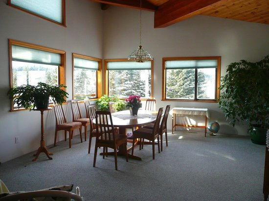Chalet Beau Sejour: sunny breakfast room