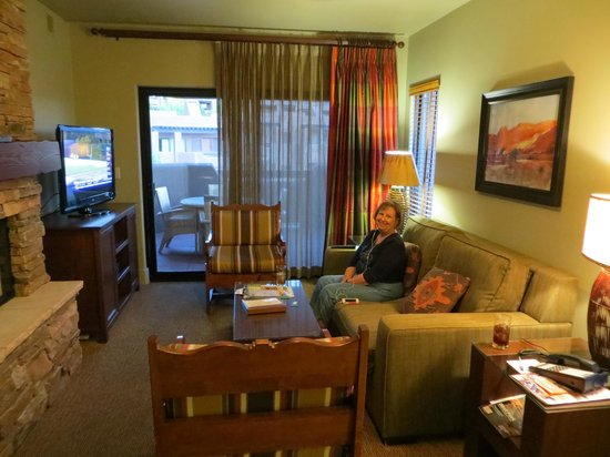 Hyatt Residence Club Sedona, Pinon Pointe: Living area and porch beyond