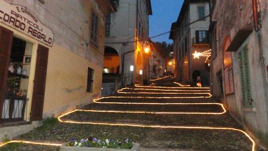 Lake Orta: Scalinata illuminata che porta alla chiesa dell'Assunta