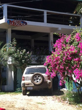 Hotel La Cascada: View of hotel front from road