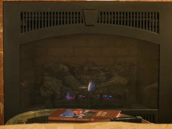 Spindrift Inn: Fireplace