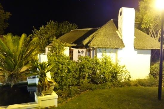 Knysna Hollow Country Estate : Thatched roof villa