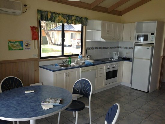 Ingenia Holidays Lake Macquarie: Dining and kitchen