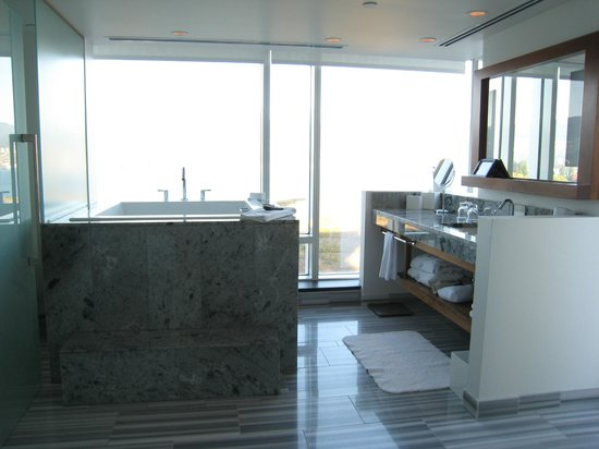 Fairmont Pacific Rim: Japanese tub in Signature corner room