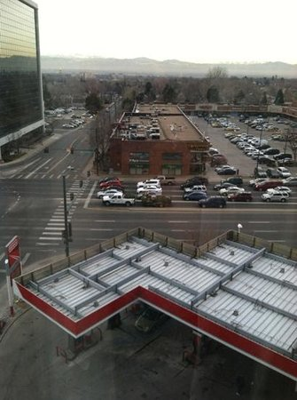 Fairfield Inn & Suites Denver Cherry Creek : view of colorado blvd and source of noise