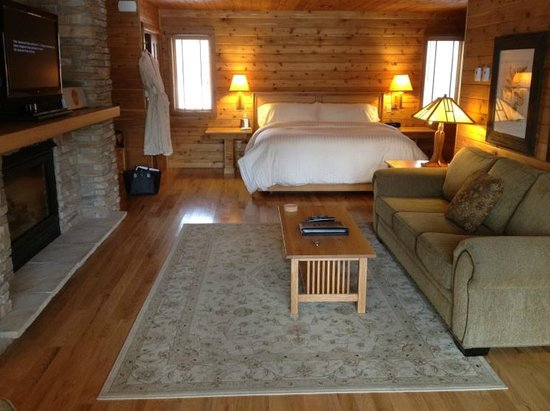 ‪‪Canoe Bay‬: Cabin #17 sitting area and bed‬